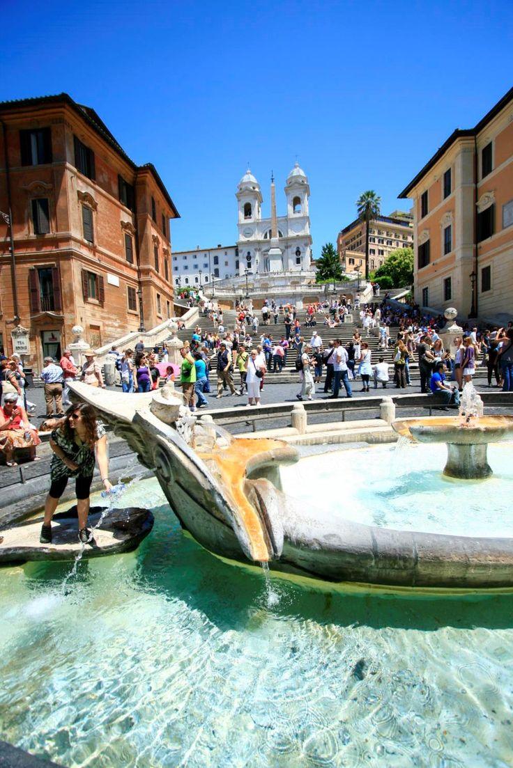 ローマの「スペイン広場」にある「バルカッチャの噴水(Fontana della Barcaccia)」