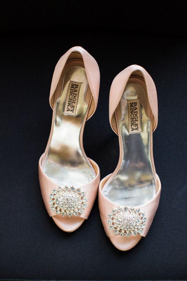 #roze #pumps #bruidsschoenen #trouwschoenen #bruiloft #trouwen #bruiloft #inspiratie #wedding #bridal #shoes #heels #pink #inspiration #diamant | Roze bruidsschoenen | ThePerfectWedding.nl | Photography: Anouschka Rokebrand