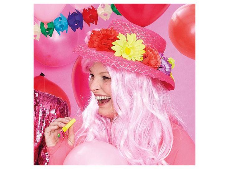 Vier je met carnaval ook al een beetje de lente? Dan mag deze hoed met bloemen niet ontbreken in je carnavalsoutfit.
