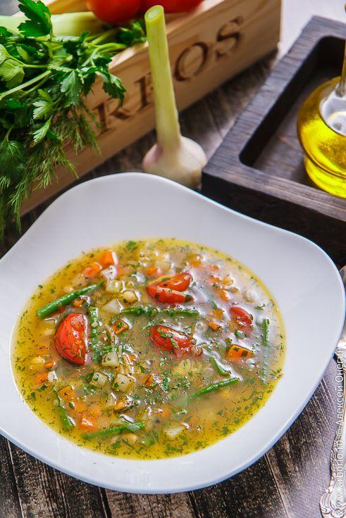 Минестроне - многоликий итальянский суп из сезонных овощей. Этот рецепт минестроне расскажет, как сварить вкусный суп из тех овощей, которые есть именно у вас.