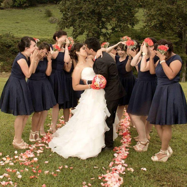 Bridesmaids navy blue, wedding day. Damas de honor en azul marino.