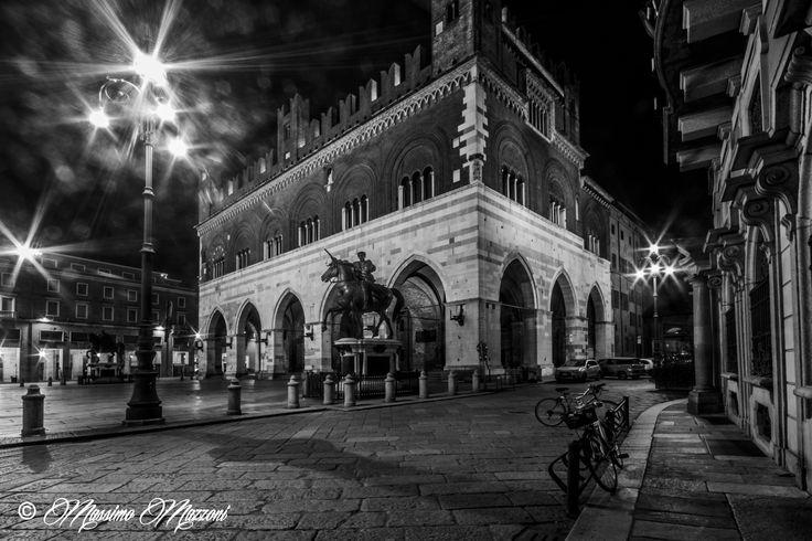 #PIACENZA - Piazza Cavalli (l'ombra del fotografo) by massimo mazzoni on 500px
