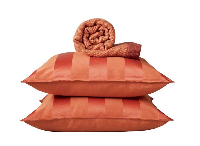 Τα ζεστά φθινοπωρινά χρώματα μας αρέσουν πολύ! Ριχτάρια, μαξιλάρια και υφάσματα σε γήινες αποχρώσεις δίνουν αέρα φθινοπωρινής ανανέωσης στο σπίτι!