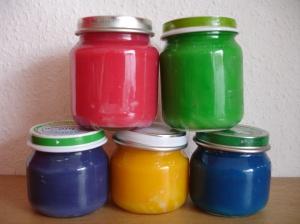 vingerverf van bloem... Ingredienten: - 100 gram bloem - 2 eetlepels zout - 100 ml koud water - 150 ml warm water - Voedingskleurstof /// Bereiding: zout, bloem en koude water mengen in een pan. Warme water erbij, roeren tot klontvrij. Op het vuur totdat mengsel dik wordt. In potje en voeg kleurstof toe. Zo lang je het niet gebruikt, zet je de verf in de koelkast.