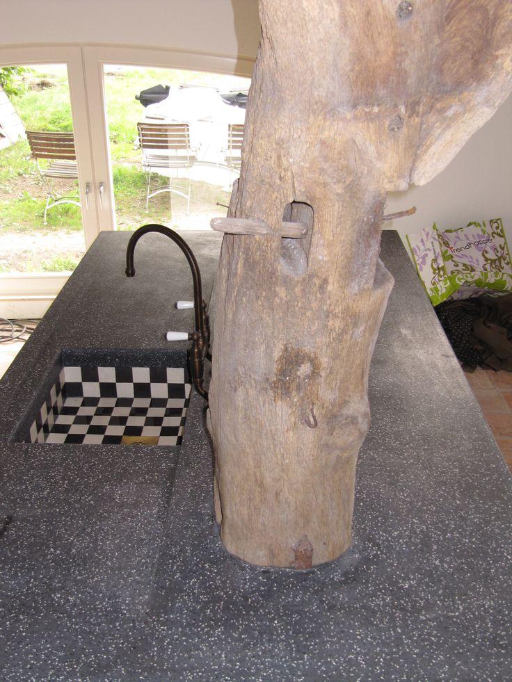 Project in Otterlo; Uniek ter plekke gestort terrazzo spoeleiland met geïntegreerd gebint en tegelspoelbak. Wat een plaatje!