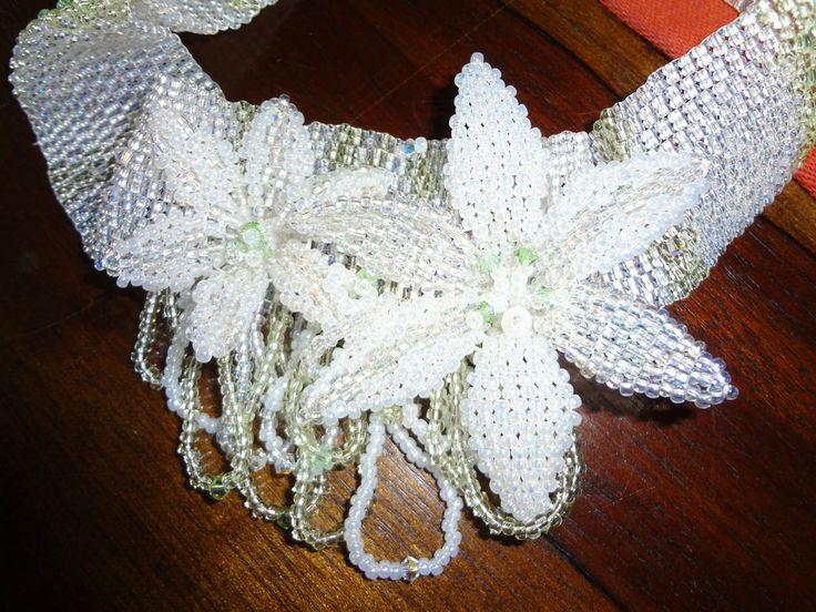 collana choker girocollo a fascia con cristalli Swarovski e fiori tecnica peyote, by carla e tere gioielli, 70,00 € su misshobby.com