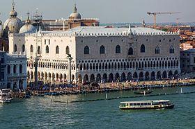 Le palais des Doges ou palais Ducal est un palais vénitien de styles gothique et Renaissance situé sur la place Saint-Marc. Ce bâtiment fut la résidence officielle des doges de la République de Venise, ainsi que le lieu de représentation de ses institutions majeures.