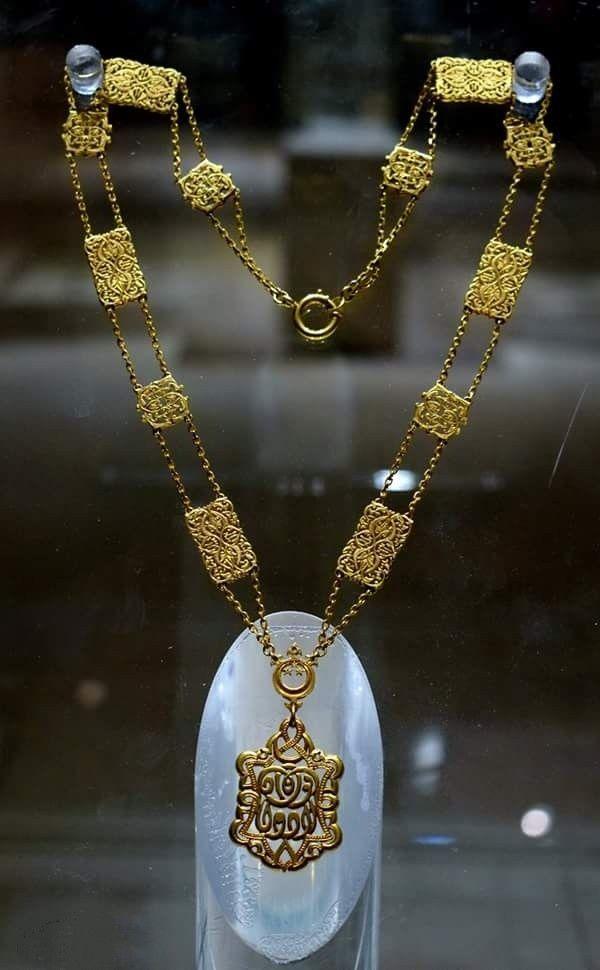 قلاده للملك فؤاد الأول من الذهب الخالص يتم ارتدائها فوق الوشاح الأكبر والملابس التشريفيه للملك Reem Royal Jewelry Jewelry Bling