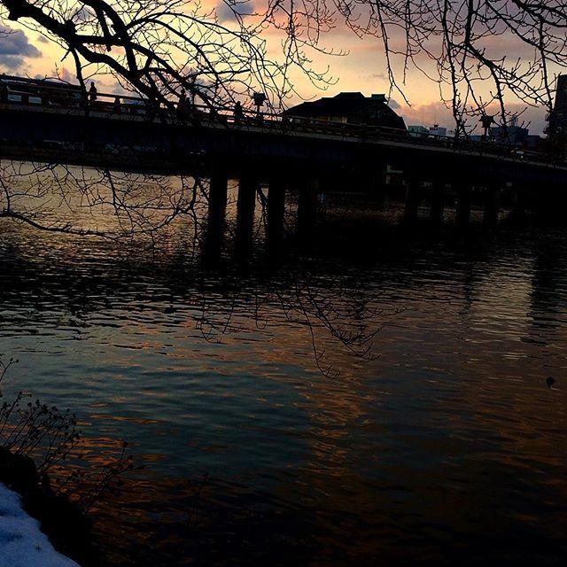 【hiro.o.114kai】さんのInstagramをピンしています。 《今日の夕暮れ ✨✨❄️  大橋川沿いから  雪も随分溶けました  石蕗の実 桜の枝 川や 町並み ほんのり染まる 宍道湖の夕日 途中で雲間に 隠れてしまい  少しづつ 寒さが遠退いてく 感じがします ♡✨✨ . #さっきの空  #夕焼け #夕暮れ #黄昏時 #雪と夕暮れ #大橋川 #松江 #島根 #桜#石蕗の綿毛  #夕闇せまる  #寒さも一段落  #sanset #river #cherry #tree #nostalgic #shadow #snow  #nature #spring #winter》