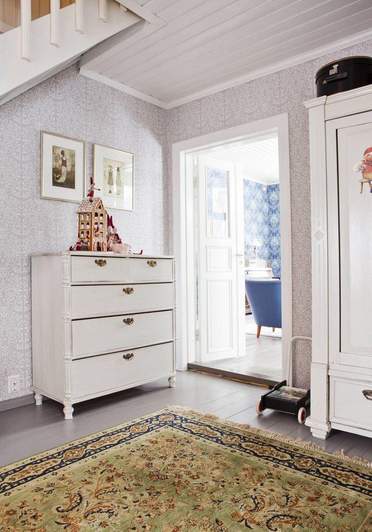 Tilavan eteishallin valkoinen lipasto on kotoisin perniöläisestä Maurin makasiini -liikkeestä. Lipaston päällä komeilee Heidin leipoma piparkakkutalo, joka on saanut seurakseen Mailegin kangastontut ja porsaat. Seinällä on Piia Lehden grafiikkaa. Oikealla olevan kaapin Heidi maalasi valkoiseksi ja vaihtoi siihen helat.