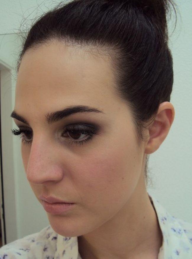 Maquiador cita quais são as cores de sombra que mais combinam com as mulheres que possuem olhos castanhos claros ou escuros.