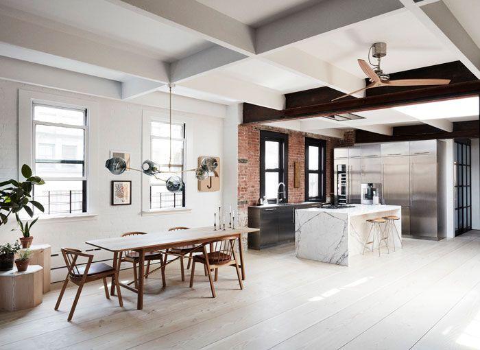 בתוך מבנהלבנים אופייני מ-1800בטרבייקה, ניו- יורק, בחלל שבעבר שימש כמפעל נייר תכנןהסטודיו הניו יורקי Søren Rose דירת לופט מוארת המשלבת בין אדר