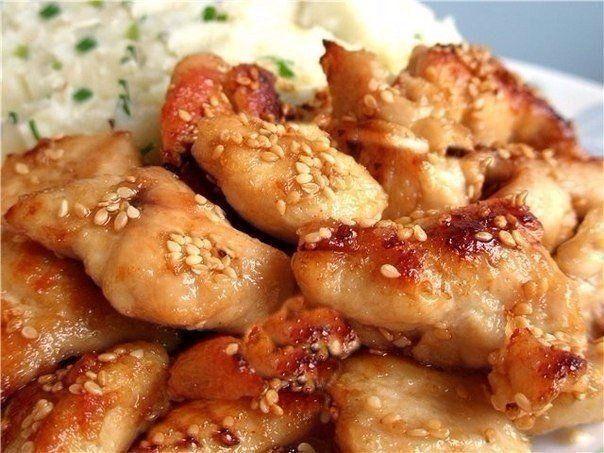 Куриные грудки по-восточному    Ингредиенты:  Курица (грудки) — 500 г  Соевый соус (солёный) — 4 ст. л.  Мёд — 2–3 ст. л.  Масло растительное (совсем чуть-чуть)  Чеснок — 3–4 зубчика  Перец черный молотый  Карри  Имбирь молотый    Приготовление:  1. Куриные грудки тщательно промойте, нарежьте порционными кусочками.  2. Посолите их, приправьте черным молотый перцем, имбирем и карри.  3. Чеснок выдавите с помощью чесночницы, добавьте к грудкам.  4. Тщательно перемешайте грудки со всеми…