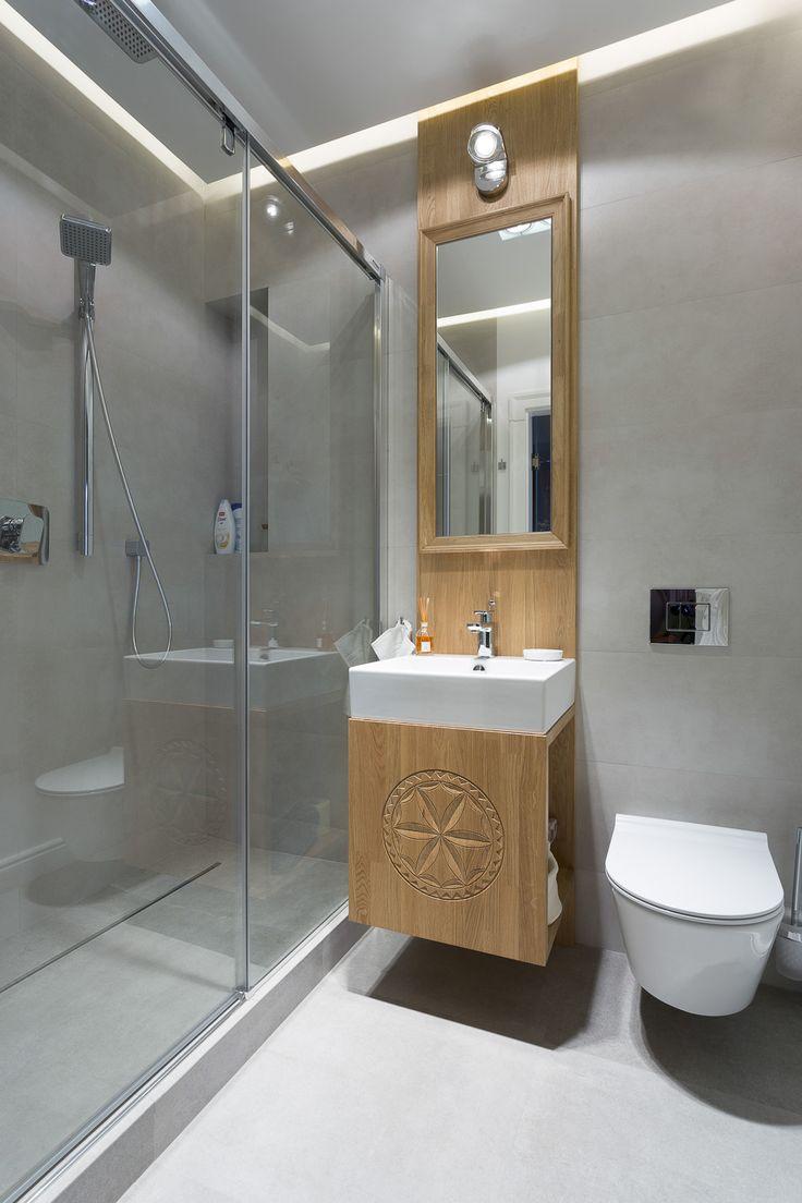 Lotne umysły naszych architektów sprawiają, że ich pomysły na aranżacje łazienki zamieniają to miejsce w salon kąpielowe, pokój relaksu. Cieszymy się, że realizując ich wizję mebli tworzymy wspólnie tak piękne pomieszczenia.   Łazienka Zakopane, styl zakopiański, prysznic