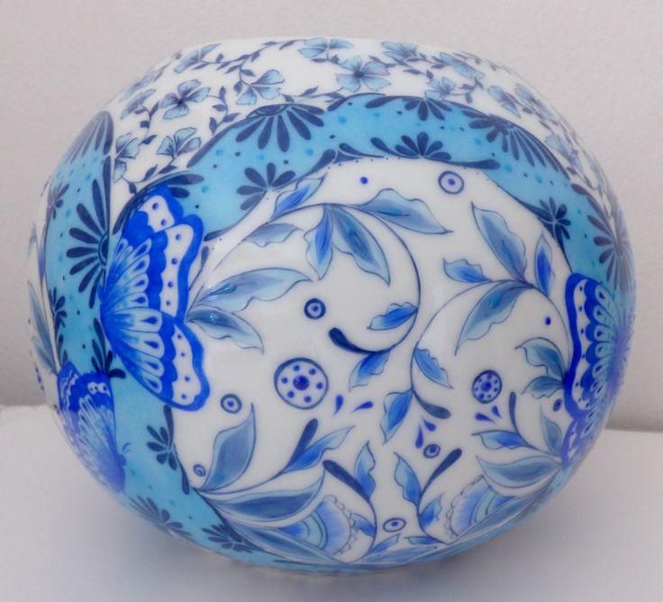 Vase boule en porcelaine. Limoges . Collection l'Envolée bleue. Entierement peint à la main , plume pinceau et relief coloré ?