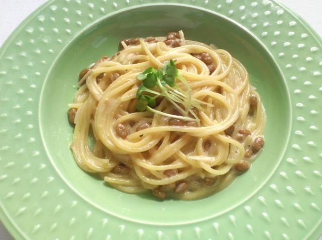 ホッ・・・と一息 簡単納豆パスタ - 木口 直樹シェフのレシピ。スパゲッティのゆで加減と味付けに注意しましょう。玉子を加えてからムース状に混ぜることによって、口当たりが軽くなり、スパゲッティが絡みやすくなります。かいわれ大根の代わりに長ネギを使用したり、ゴマ油を加えたりしてもいいでしょう。