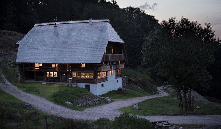 Mit weit herabgezogenem Dach duckt sich der Langenbachhof an einen bewaldeten Hang im mittleren Schwarzwald. Außen wie innen ist das typische Schwarzwaldhaus v