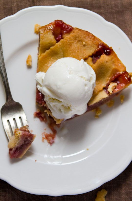 sour cream ice cream (atop strawberry rhubarb pie): Sour Cream, Tangi Sour, Ice Cream Recipes, Food Recipesinspir, Frozen Treats, Sourcream Icecream, Ice Creamrecip, 2012 5 25 Sour, Rhubarb Pies