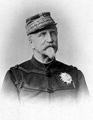 """Le duc d'Aumale. - Le 3 juillet 1884 il écrit son testament par lequel il lègue le domaine de Chantilly à l'Institut de France. Lorsque la Chambre des Députés et le Sénat votent l'expulsion """"des chefs de famille ayant régné sur la France"""" et les princes ayant servi dans les armées de terre et de mer sont expulsés des cadres, le duc d'Aumale ne contient pas sa douleur."""