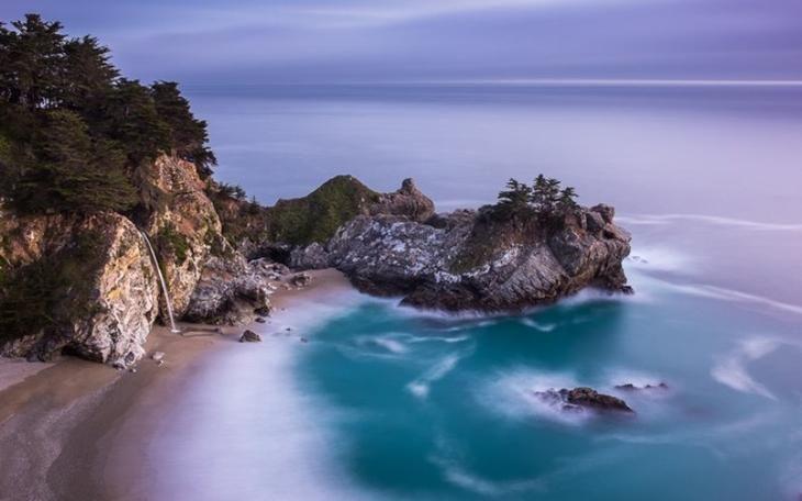 Пляжный водопад Маквей, Калифорния Что делает этот водопад таким зрелищным, так это то, что его воды низвергаются прямо на белый песочный пляж. А во время прилива вода падает прямо в океан. Уединенный пляж практически не тронут человеком, так как из-за частых оползней до него очень тяжело добраться.