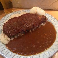 東京渋谷にあるフラヌールは カレー好きなら知る人ぞ知る名店 このお店の人気No.1メニューでもあるステーキカレーは絶品カレーの上にドーンとステーキが鎮座していて1400円とコスパ抜群 ステーキにかかる自家製和風ステーキソースもカレーに絶妙にマッチしています ぜひ一度味わってみてくださいね tags[東京都]