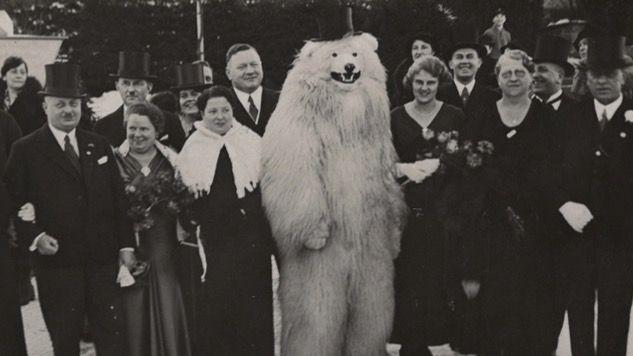 Cuando en Alemania se puso de moda el fotografiarse junto a un tipo disfrazado de oso polar - Cuaderno de Historias