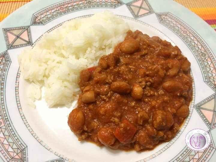 Ricetta chili con carne e riso Oggi vi propongo un buonissimo piatto di chili con carne e riso Jasmine. Questa ricetta messicana è molto piccante ma deliziosa ed è preparata con fagioli, pomodori, peperoni, cipolle, carne macinata #riso #fagioli #messicano