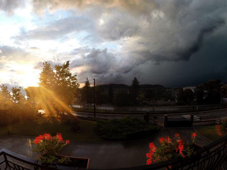 Soleil d'été se couchant sur Lons-le-Saunier (Jura)