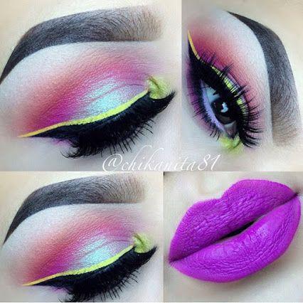 Sombras en combinación de rosa pálido y y durazno, en el centro un toque de luz, el delineado es clásico fino en color neon y los labios rosa fucsia o magenta.