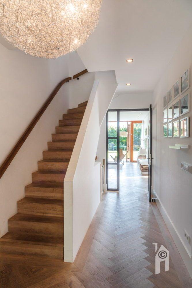 Bedwelming Klassieke hal met witte muren en een grote lamp #hal &GM49