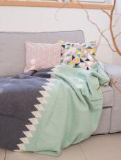"""Decke """"Sylt"""" von David Fussenegger mit grafischem Rauten Muster in Mintgrün und Dunkelgrau als Deko für den Frühling im Wohnzimmer im skandinavischen Look"""