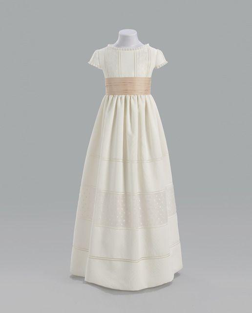 Vestido Lara con bordado de bodoques, fajín de raso en beige y falda fruncida.
