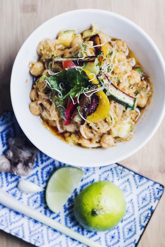 Wook med röd curry, jordnötssmör, kokosmjölk och citrongräs.