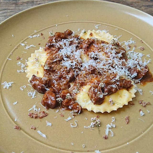 ポテトピューレを包んだラビオリ、鴨の赤ワインラグー Ravioli di purea di patate con salsa al ragu d'agnello  クリーミーなマッシュポテトを包んだラビオリとほろほろの鴨肉赤ワイン煮込みのソース。 2つの味が口の中で混ざり合うのが面白いです。 #lifeson#pasta#pastafresca#food#foodie#foodporn#foodstagram#cook#cookingram#yoyogipark#sanguubashi#tokyo#ライフサン#パスタ#手打ちパスタ#代々木公園#渋谷#参宮橋#肉#ビストロ#ヴァンナチュール#自然派ワイン#無農薬野菜#vin#vinnature#biowine#biologico#ravioli