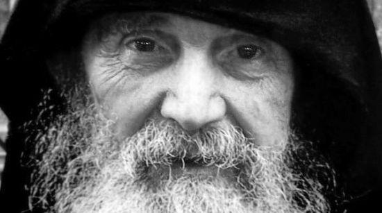 Să nu trăim ca niște roboți, fără să simțim rostul adevărat al vieții – Părintele Efrem Athonitul | La Taifas