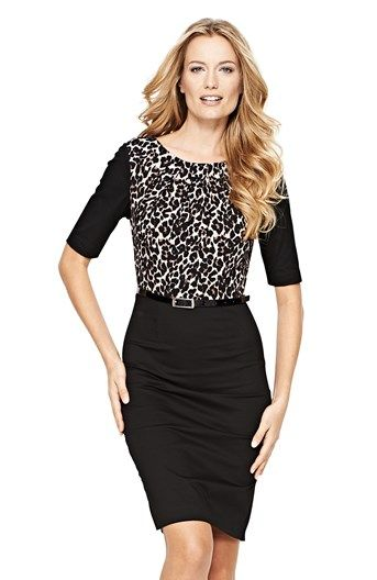 Figurnära klänning med leopardmönstrad panel, rund ringning och halvlånga ärmar. Bälte medföljer. Längd ca 97 cm.