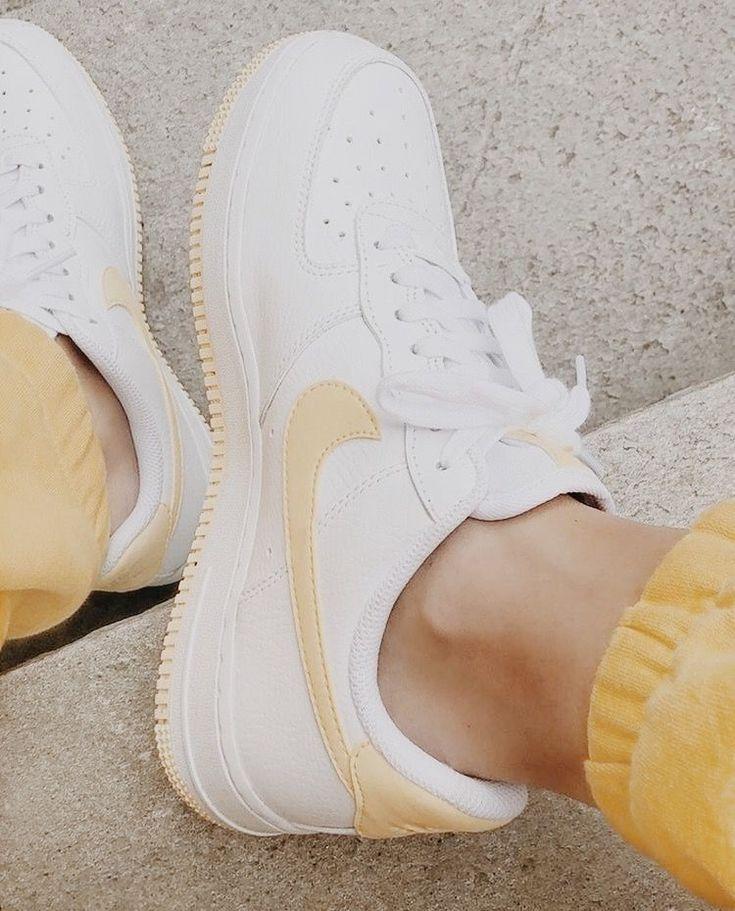 Geht immer! Weiße Nike Air Force 1 mit gelbem Logo ...