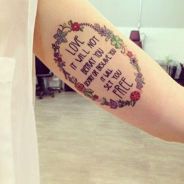 """Tattoo escrita """"take these broken wings and learn to fly"""". Não sei se vai ficar legal colocar penas e pássaros no lugar das flores. Em dúvida se faço na parte de dentro ou de fora do braço. Vai ficar junto com a faith/fear. MARCADA 01/02"""