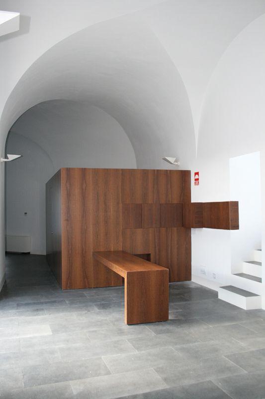 Caja de madera ejecutada con tableros de DM rechapados en sucupira barnizados, puertas integradas y mostrador a medida del mismo material.