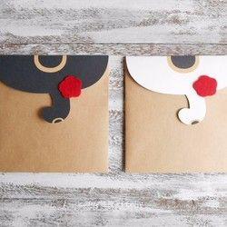 猫しっぽが袋の蓋になった、ポチ袋です。 しっぽの面が開きます。●セット内容:白、白黒、キジトラ、三毛、チャトラ、各1枚●素材: <袋>クラフト紙 <蓋(猫)>画用紙 <リボン>フェルト(赤) <その他>両面テープ●印刷:家庭用プリンター●サイズ:約 縦11.2cm×横7cm※防水性はありません。【注意事項】 ・色合いなどは画面環境により多少異なる場合がございます。 ・手作業で制作しておりますので、多少の変形などご容赦頂くようお願いします。 【返品・交換】 ・返品・交換はいたしかねますのでご了承ください。