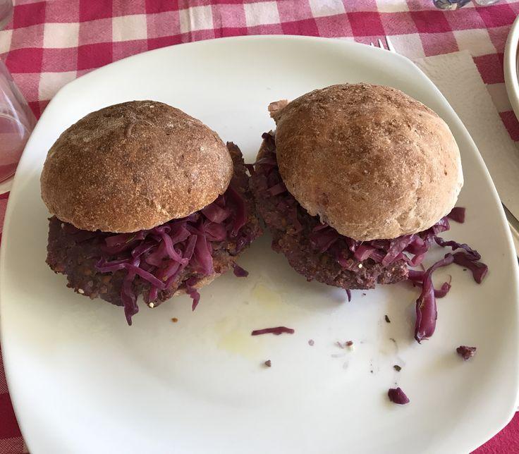 FOLLIA IN VIOLA: panini al latte e cavolo, farciti con burgher di cavolo e cavolo stufato. 100% Vegan Per gli hamburger: http://blog.libero.it/Bontavegane/13093158.html Per i panini : http://ricette.giallozafferano.it/Burger-buns-panini-da-burger.html e aggiungete 1/4 di cavolo tritato  Per la farcitura: http://blog.giallozafferano.it/cucinavelocesana/cavolo-cappuccio-viola-stufato/