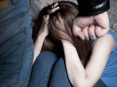 """""""Ak každá štvrtá žena v tejto krajine, presnejšie 23 percent žien, zažíva násilie zo strany svojho partnera, existuje 77 percent mužov, ktorí násilie na svojej partnerke nepáchajú. Aj preto sme kampaň postavili na nádeji, ktorú predstavujú práve títo muži. Tí, čo nepáchajú násilie a ktorí ho odmietajú. Takáto veľká skupina mužov jednoznačne oslabuje argument o prirodzenosti mužského násilia"""", Adriana Mesochoritisová,Možnosť voľby"""