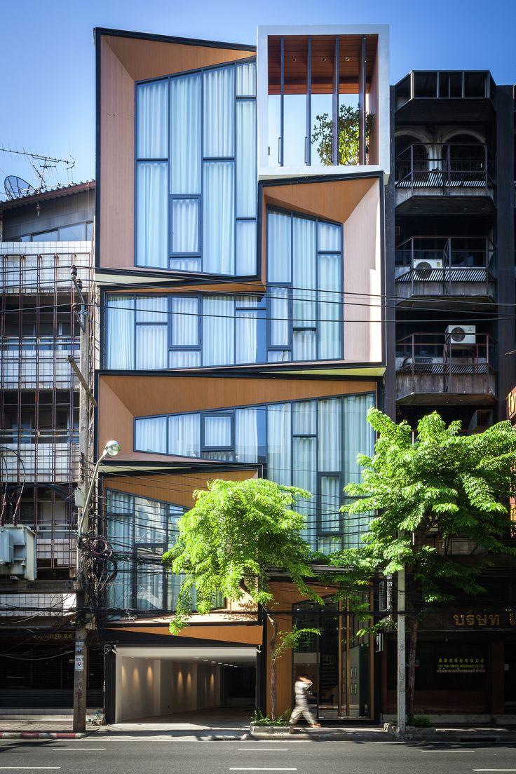 Construído na 2015 na Bangkok, Tailândia. Imagens do Spaceshift. SIRI é um projeto de reforma de um edifício comercial. É, ao mesmo tempo, uma casa e um escritório de negócios ligados a indústria de joalheriaque...