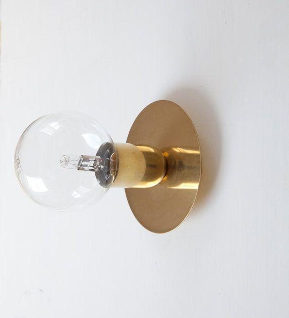 En laiton d'un bout à l'orteil c'est une élégante pièce, faisant penser à de l'Art déco design. Le disque flottant rebondit la lumière arrière, semblant flotter derrière l'ampoule. Il y a une option pour ajouter le bouton switch, pour la facilité d'utilisation. Option de bouton est disponible en noir comme bouton standard, mais blanc disponible donc s'il vous plaît préciser dans les commentaires de l'acheteur si vous souhaitez que ce détail changé.   * Rose en métal laiton est de 85mm. Du…