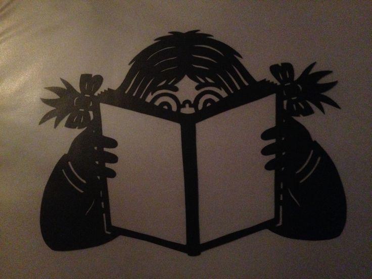 Pige der læser.