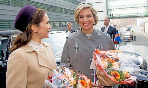 Met een hartelijke begroeting ontving koningin Margrethe van Denemarken dinsdagmorgen haar petekind, koning Willem-Alexander voor een tweedaags staatsbezoek.