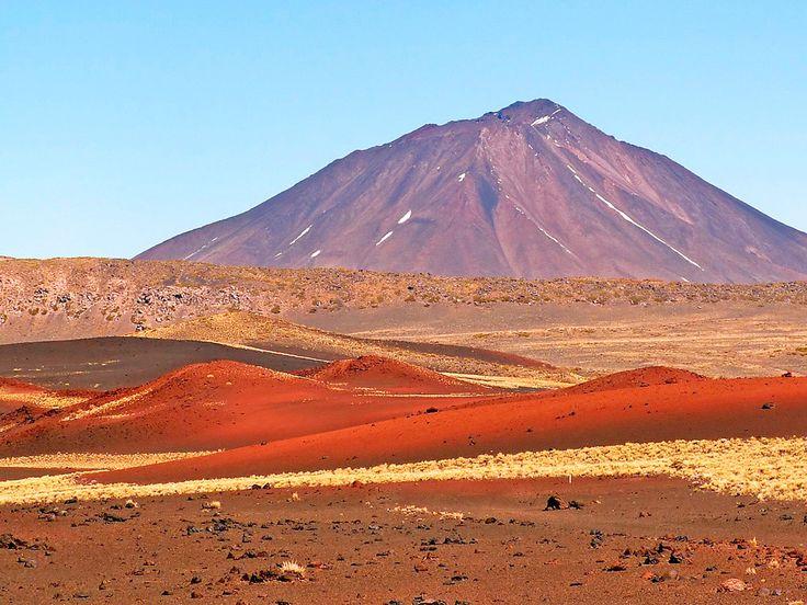 10 paisajes de ARGENTINA que no conocías - Blog de viajes y turismo, Arenas rojas y negras en uno de los campos de volcanes más grandes del mundo.  Payunia  LaReserva Provincial Payunia es uno de los paisajes menos conocidos de Argentina. Ubicado en el sur de la provincia de Mendoza, a alrededor de 120 km. de Malargüe, en este territorio podemos encontrar aproximadamente 800 picos volcánicos. Es por la actividad de estos volcanes se ha generado uno de los atractivos más impresionantes de la…