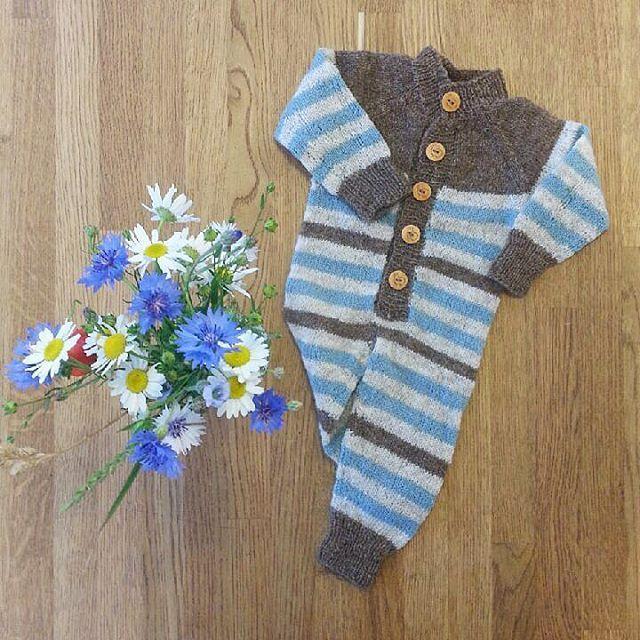 Stripedress fra 'Strikk meir til nøstebarn'. Dressen er strikket i fargene akvamarin, naturbeige og naturbrun. | Nøstebarn