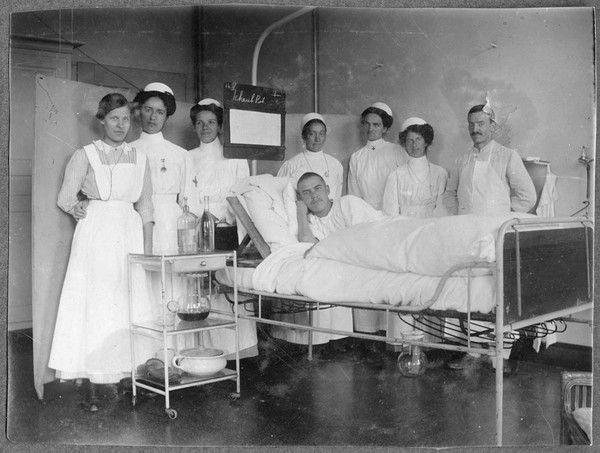 blick in ein krankenzimmer des b rgerspitals basel um 1910 mit lernschwester f nf. Black Bedroom Furniture Sets. Home Design Ideas