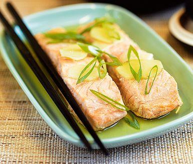 Att tillaga fisk i vätska är ett skonsamt sätt att få den god och perfekt saftig. Varför inte prova att pochera lax i te? Lägg laxen i starkt grönt eller rött te, smaksätt med ingefära och så skjuts in i mikron i några minuter. Smidigare till vardags kan det knappast bli!
